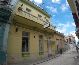 Street view of Casa La Caridad casa particular in Old Havana